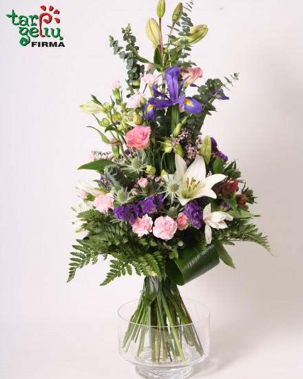 Žaisminga gėlių puokštė