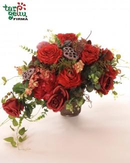 Kompozicija iš dirbtinių gėlių
