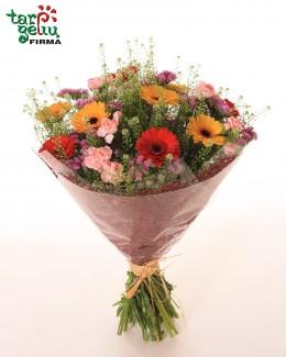 Spalvinga gėlių puokštė