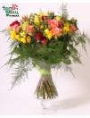 Įvairiaspalvių rožių ir frezijų puokštė