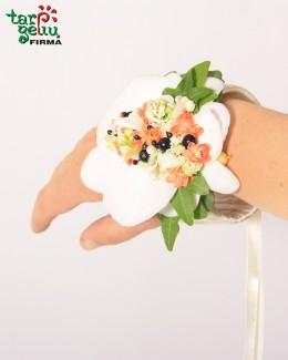 Браслет из цветов на руку