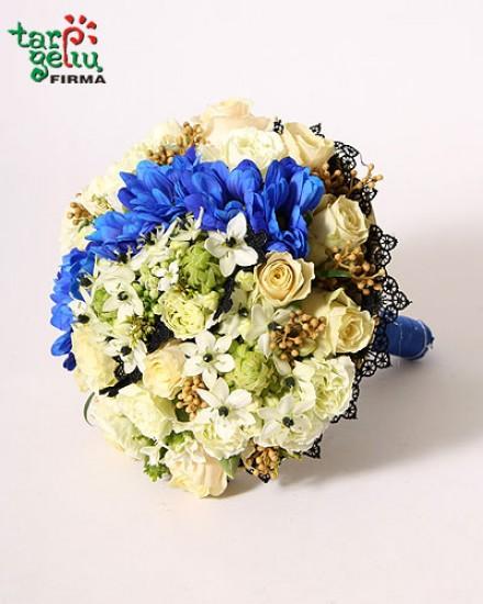 Puokštė su mėlynų gėlių akcentu