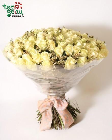 Puokštė iš 101 baltos rožės