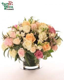 Pastelinių rožių kompozicija