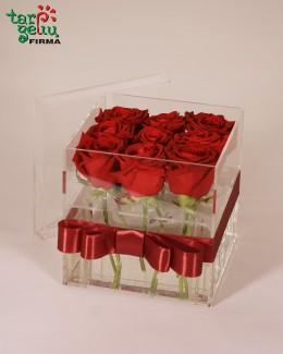 Rožės akrilinėje dėžutėje