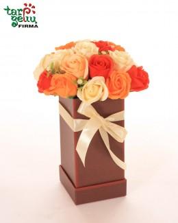 Įvairiaspalvės muilo rožės dėžutėje