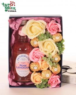 Muilo rožės dėžutėje su saldėsiais