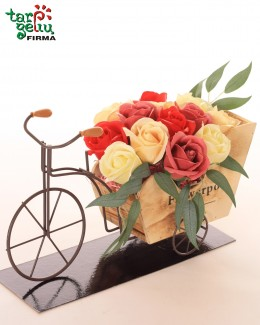 Įvairiaspalvės muilo rožės gėlių vežimėlyje
