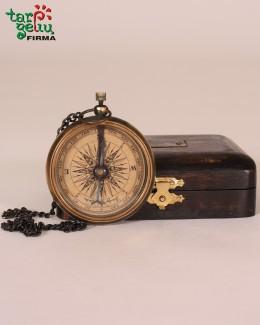 Žalvarinis kompasas dėžutėje