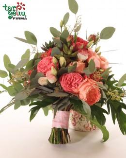 Puokštė iš rožinių bijūninių rožių