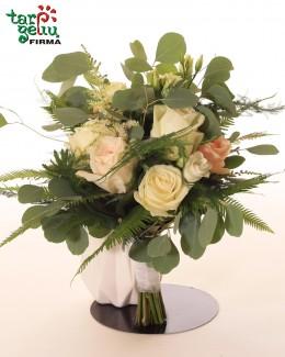 Puokštė su rožėmis ir paparčiais