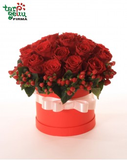 Dėžutė su raudonomis rožėmis