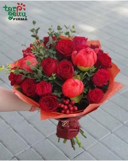 Rožių ir bijūnų puokštė