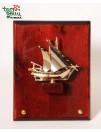 Laivas ant medinės lentelės