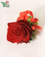 Butonjerė iš rožės ir šermukšniais