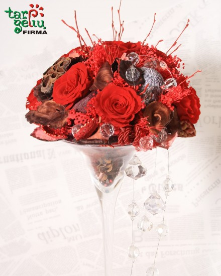 Kompozicija su stabilizuotomis rožėmis