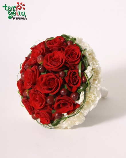 Puokštė iš rožių ir gvazdikų