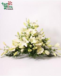 Траурная композиция с лилиями