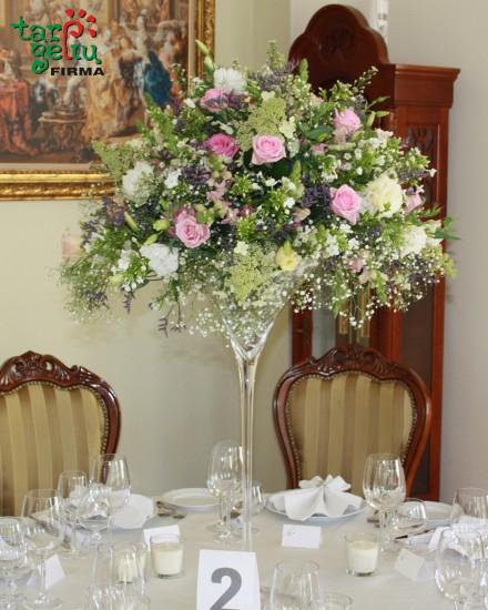 Stalo puošyba - gėlės ir taurė